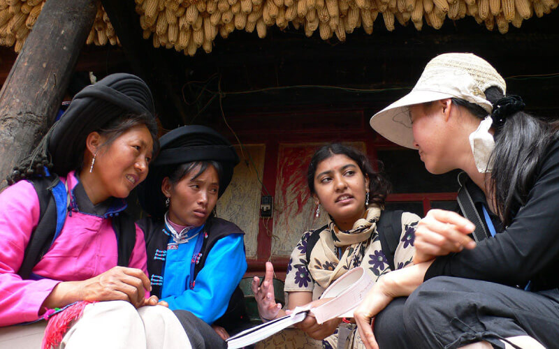 girls-discussing-under-corn