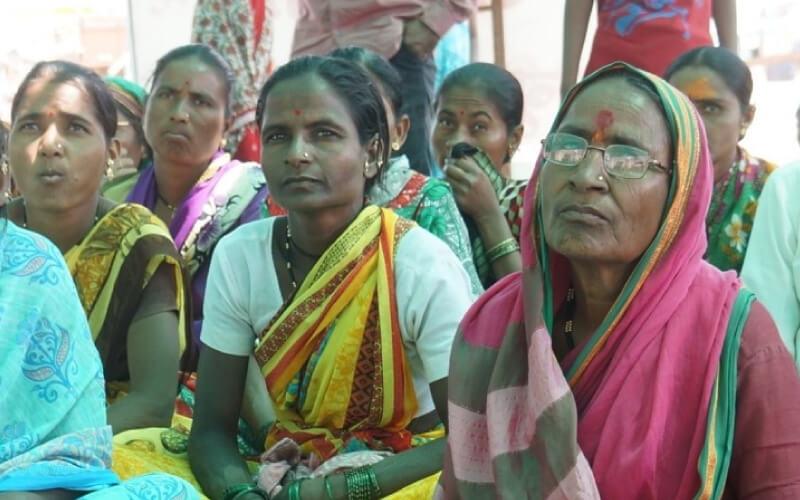 indian-women-listening